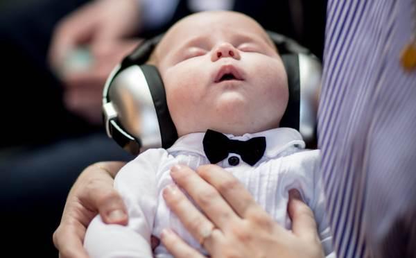 Enfant avec un casque anti-bruit pour dormir